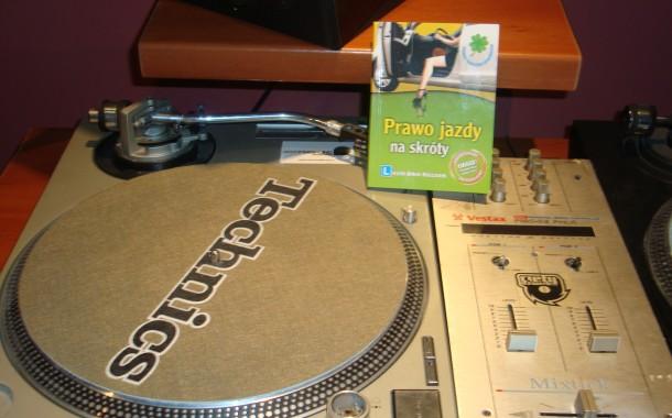 Nauka jazdy w rytmie reggae.
